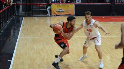 El base Apache, Gabriel Rivero, es marcado por Nico Aguilera. El jugador de Atenas fue la gran figura del juego.