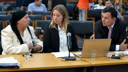 Claudia Cortez,  a la izquierda, durante su testimonio ante el Jurado popular.