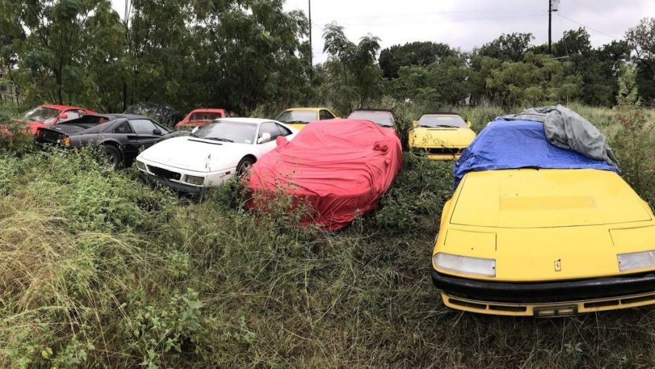 Encuentran 11 Ferraris abandonados en un campo