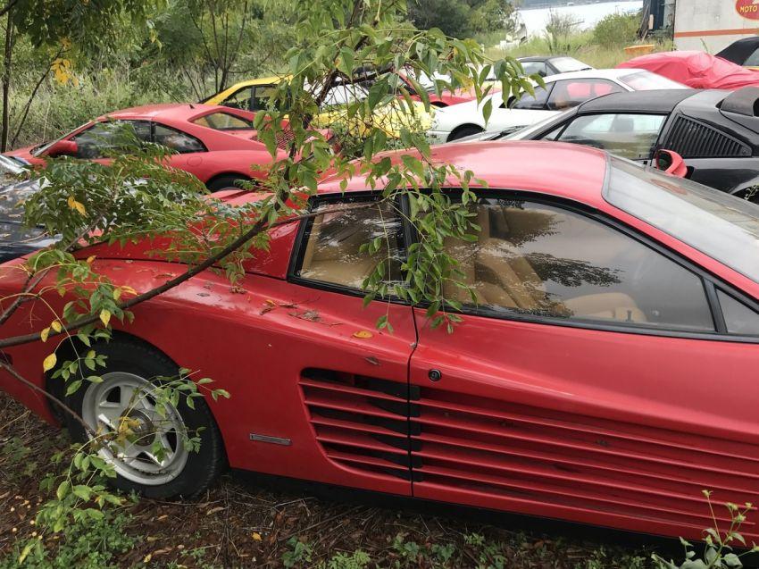 Un campo repleto de Ferrari clásicas abandonadas