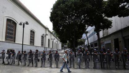 Parlamento. La guardia nacional y la policía impidieron el ingreso a diputados opositores.
