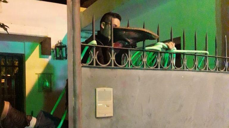 Imágenes fuertes: quiso entrar a la casa de su ex en Junín y se incrustó en las rejas