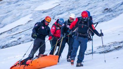 Los rescatistas trabajaron 12 horas para lograr acceder al glaciar donde estaba el cuerpo.