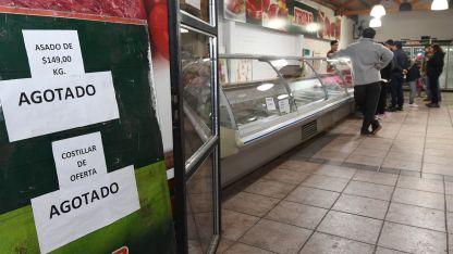 Un local de Godoy Cruz expone carteles que informan que el kilo de asado a $149 está agotado.