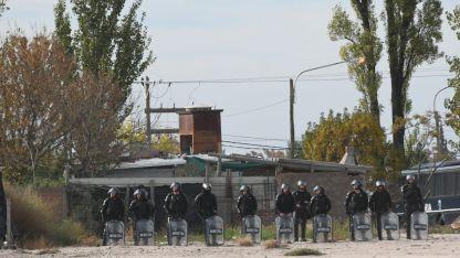 El personal policial dispuesto antes de la demolición.