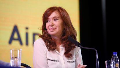 CFK reapareció en la Feria del Libro y después se mostró con la dirigencia del PJ. ¿Estará en el banquillo?