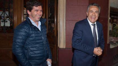 Menú español. El gobernador Cornejo y su colaborador Andrés Lombardi salen del restaurante.