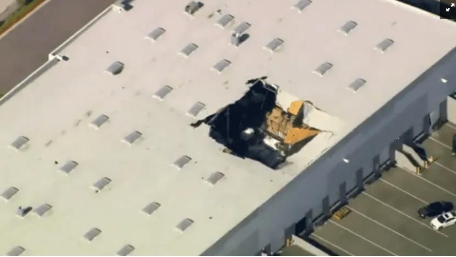 Un caza F-16 se estrella dentro de almacén en EUA