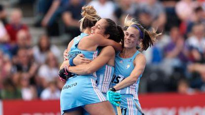 D'Elía recibe abrazos de sus compañeras tras darle el triunfo a Las Leonas