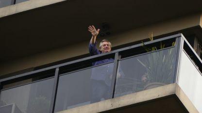 Saludo desde el balcón. Alberto Fernández, inesperado precandidato presidencial, se asomó ayer desde su hogar en Capital Federal.