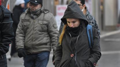 Abrigados. Los meteorólogos aseguran que se vivirán días invernales esta semana. Hoy estará nublado y frío. Nevadas en cordillera.