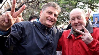 Eufórico. El candidato del PJ, Sergio Ziliotto junto al gobernador Carlos Verna saludan luego de votar