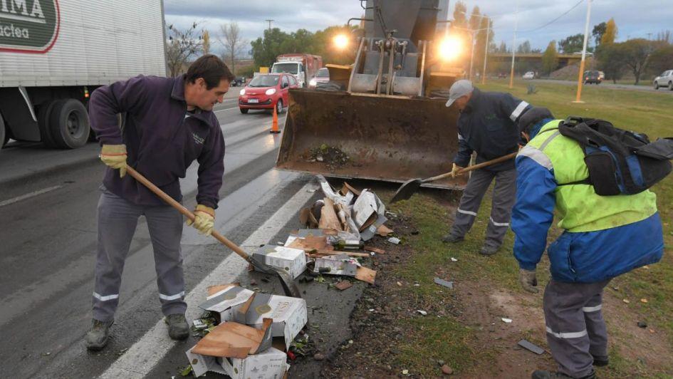 Caos en el Acceso Sur por un camión que volcó y llenó la ruta de vino