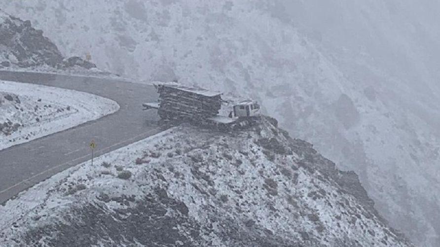 Un camión se salvó de caer al precipicio en Los Caracoles