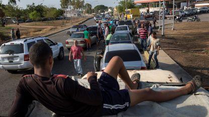 Hasta tres días. Es el tiempo que deben esperar los venezolanos para cargar combustible