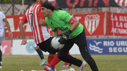 Friccionado. Mauricio Temperini, jugador albirrojo, tuvo varios cruces con Carlos Biasotti, arquero sanjuanino