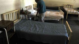 La imagen muestra un paciente internado en una sala del hospital El Sauce.