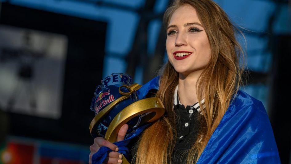 Por primera vez, una chica ganó en el torneo internacional de avioncitos de papel