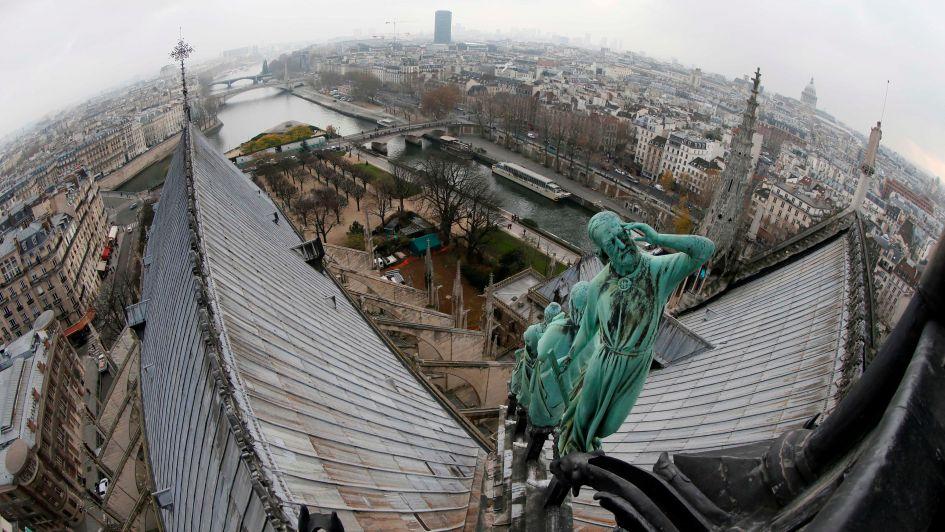"""Encontraron """"en buen estado"""" a una de las estatuas de ángel de la bóveda de Notre Dame"""