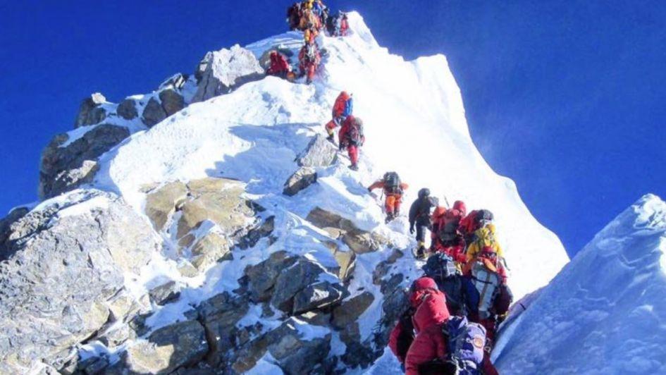 Embotellamiento inédito: más de 200 escaladores hicieron cumbre el mismo día en el Everest