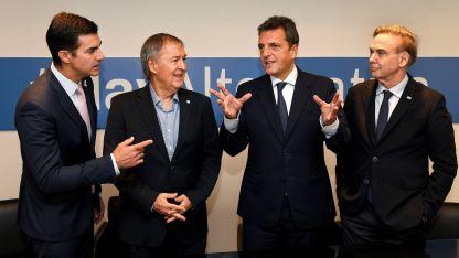Los gobernadores Juan Urtubey y Juan Schiaretti junto a Sergio Massa y el senador Miguel Pichetto.