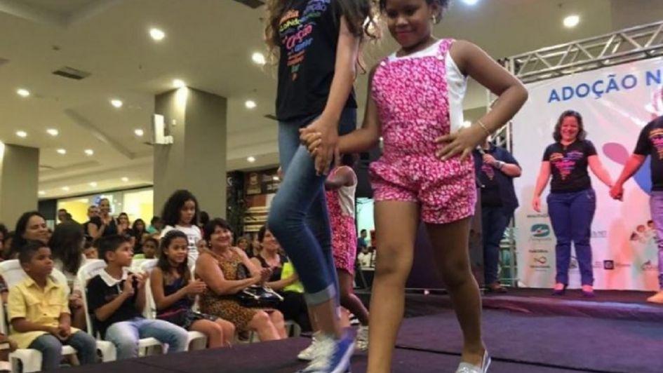 Brasil: niños para adopción desfilan en una pasarela para que los elijan