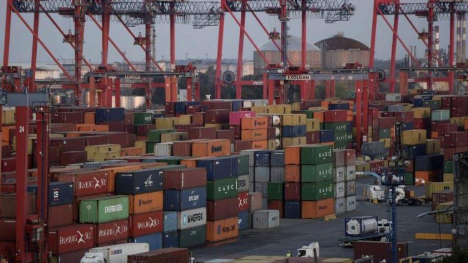 Octavo mes consecutivo de superávit comercial por el desplome de las importaciones