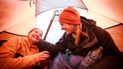 Madre e hija en pleno campamento.