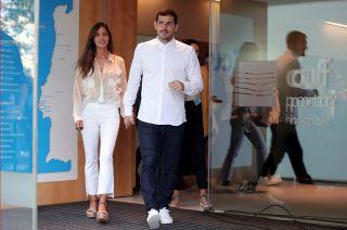 Sara Carboner e Iker Casillas saliendo del la clínica donde el arquero estuvo internado luego del infarto que sufrió a principios de mayo.