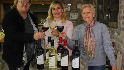 ¡ Salud !. Silvia Zanelli, Sandra González y Nancy Fiorenze, en la sala de trabajo y degustación