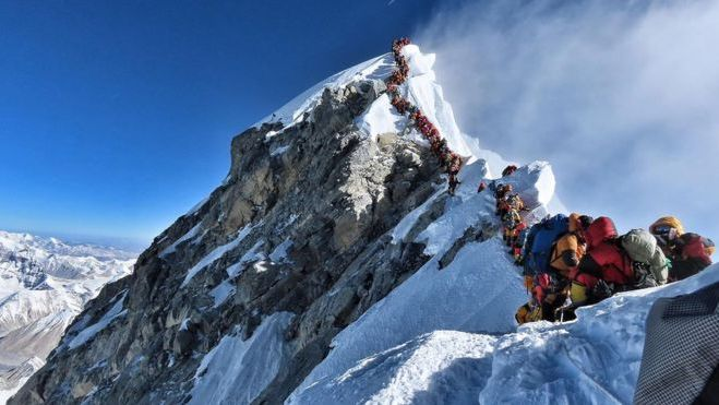 Atascos en el Everest: murieron más alpinistas y ya son ocho las víctimas de la temporada