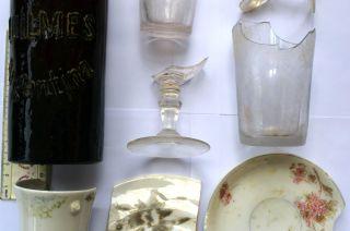 Vajilla antigua. Botellas de vidrio, frascos, restos de copas, parte de una fuente o sopera.