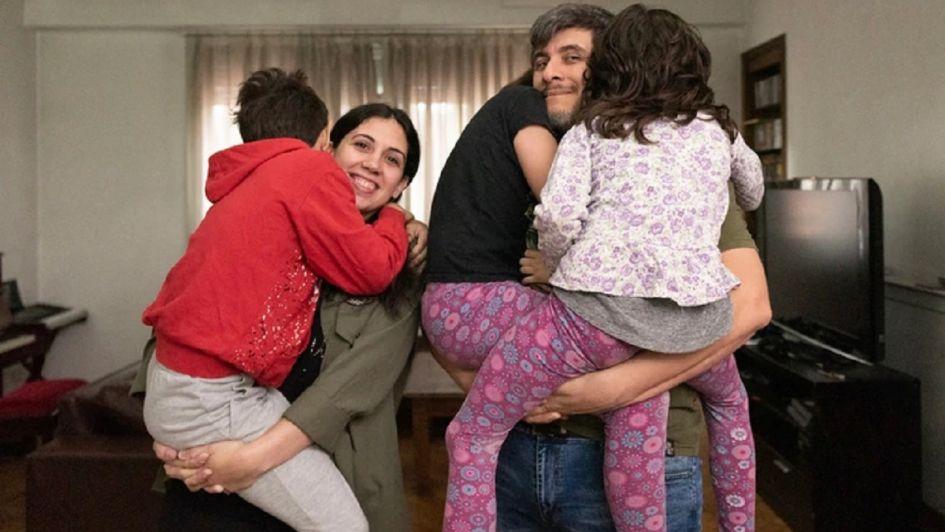 Es mamá de cuatro hijos y tiene marido y novio al mismo tiempo: