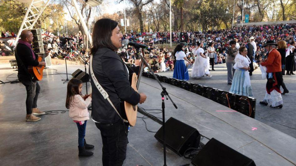 El locro y la música animaron los festejos patrios