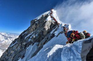 Congestión en la cima del mundo. Los atascos se deben a las condiciones meteorológicas y a la cantidad de escaladores.
