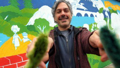 Artista. Federico Calandria llevó a un mural en el edificio, los dibujos y pinturas de quienes han pasado por el Cipau..