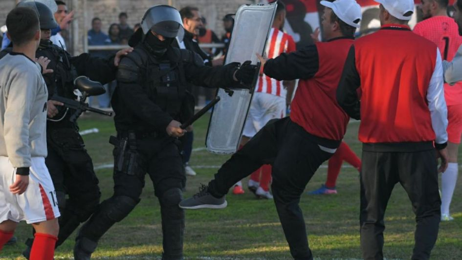 En medio de un escandaloso arbitraje, San Martín quedó eliminado y se retiró antes