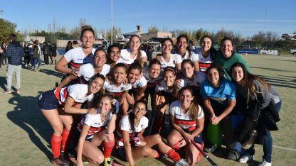 Campeonas. Las chicas de Maristas, posan para la foto luego de un celebrado triunfo frente a Lomas de San Juan.