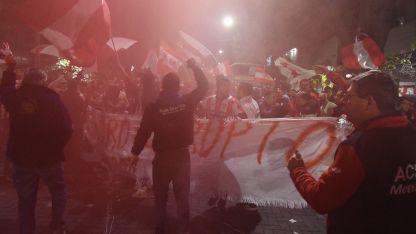Sin respuesta. Los hinchas del León llegaron hasta Garibaldi 83 pacíficamente, pero nadie los atendió.