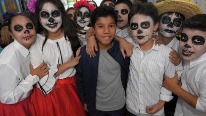 Alexis Stanziola, junto a compañeros maquillados y ataviados al estilo mexicano.