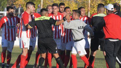 Leones furiosos:los jugadores de San Martín se lo querían comer al árbitro catamarqueño Juan C. Bazán