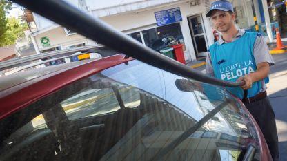 Dejar el auto. La caída de las ventas de nafta premium generó una suba en las súper que no compensó la disminución en metros cúbicos.