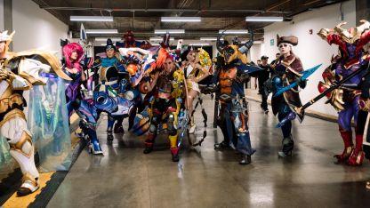 Los personajes se preparan. Los cosplayers de los los campeones del juego de Riot fueron sensación.