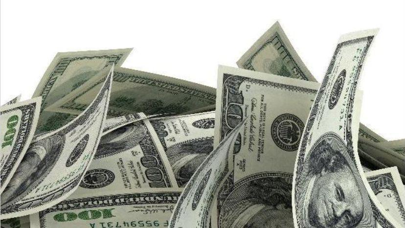 El dólar retrocedió 20 centavos y la tasa marcó otro descenso