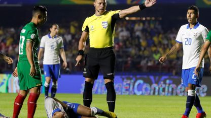 El árbitro argentino Néstor Pitana impartiendo justicia en el primer partido de la copa.