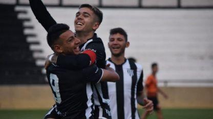 """Goleador. Emmanuel """"Picante"""" Lucero convirtió un doblete y llegó a las 11 conquistas en el campeonato."""