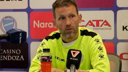 El entrenador de Godoy Cruz, Lucas Bernardi, brindó una conferencia de prensa.