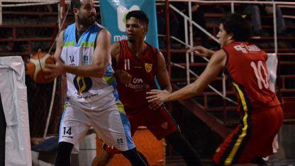 Control. Iván Ravera toma el rebote y  lo marcan el venezolano Rober Yriarte (11) y Ernesto Ponti (10).