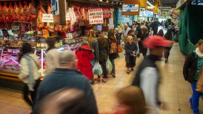 Un clásico. Con la irrupción de los supermercados en los '70 y los híper en los '90 el Mercado Central se las rebuscó para siempre estar.