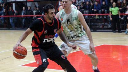 Duelo:Bruno Oprandi, jugador de Selección Nacional, es marcado por Santiago Agüero, una promesa del básquet de Mendoza.
